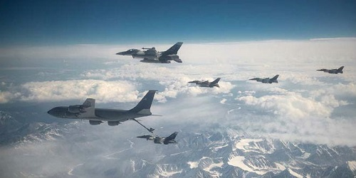 US-Air-Force-F-16-Fighting-Falcons-refuel-behind-a-KC-135-Stratotanker